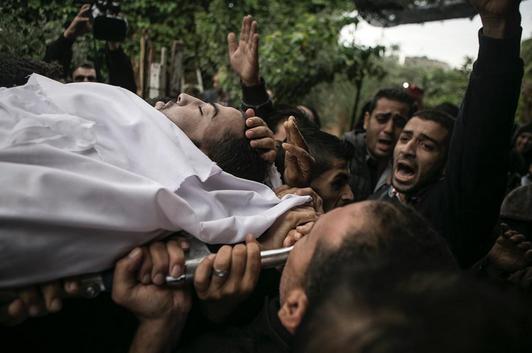 Palestinos durante funeral de mais uma vítima da batalha com Israel, @edu_martinsp