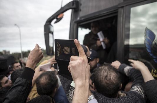 Palestinos lutam por vagas em ônibus que vai do sul da Faixa de Gaza ao Egito. @edu_martinsp