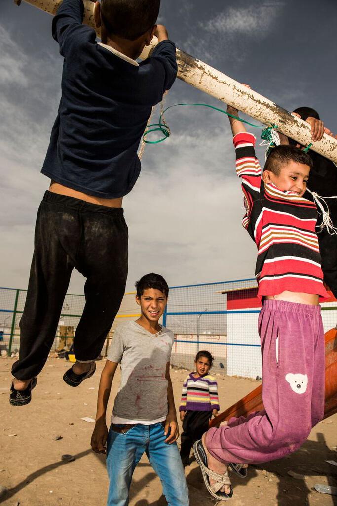 Crianças iraquianas que fugiram de Mosul, no campo de refugiados de Hasan Sham, a 30 quilômetros a leste de Mosul, Iraque