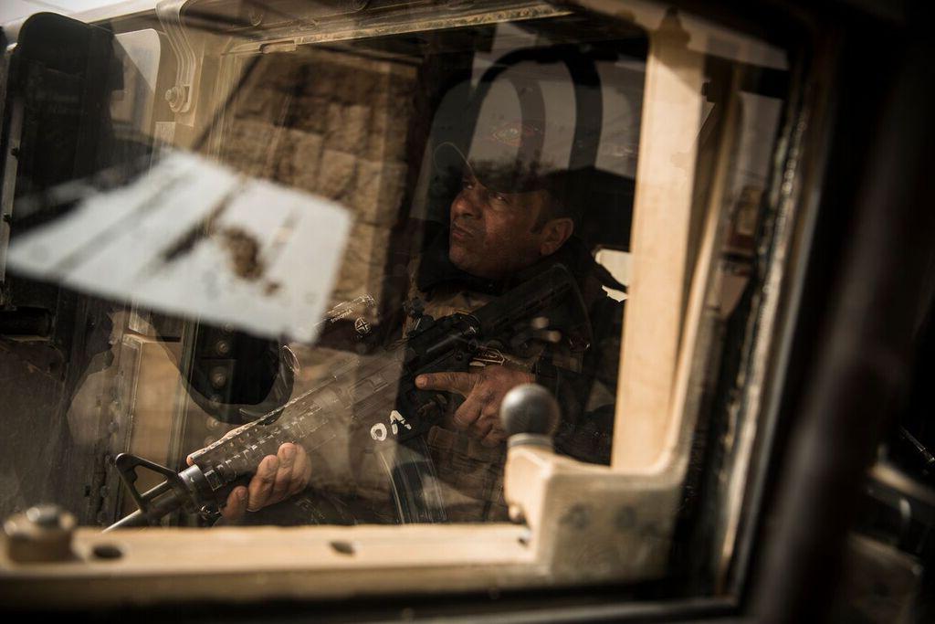 Soldado ISOF (Forças de Operação Especial Iraquiana) no front line em Mosul ocidental, Iraque