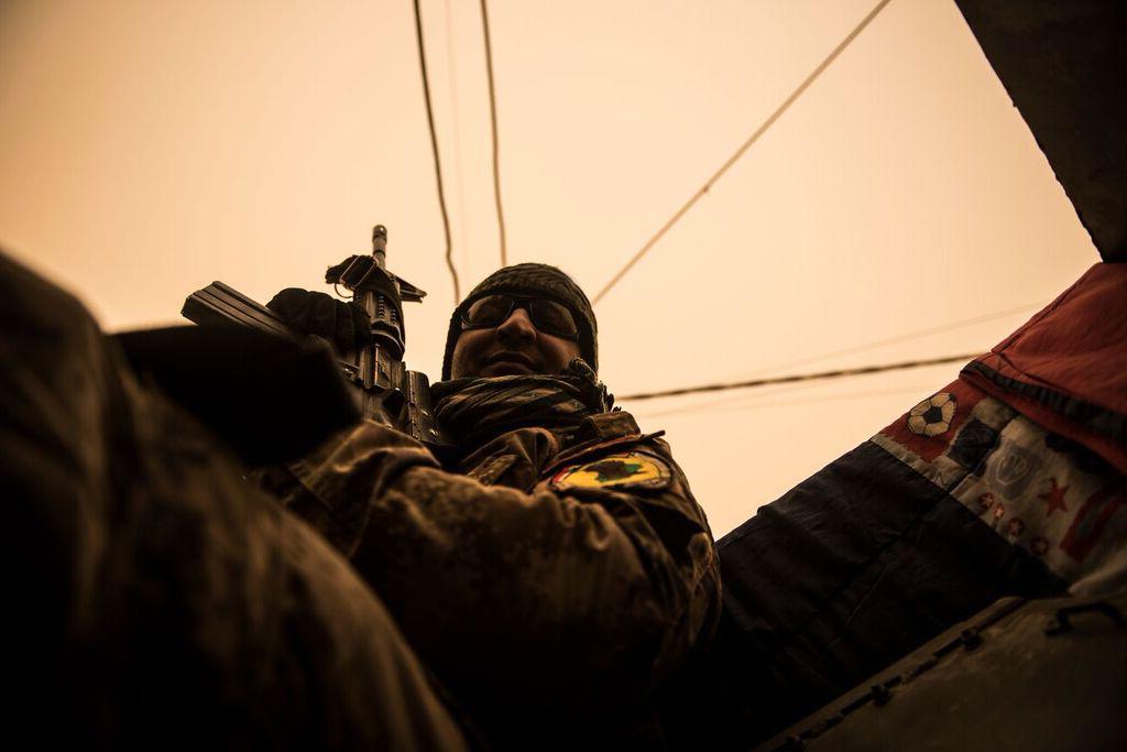 Soldado da ISOF (Forças de Operações Especiais do Iraque), a caminho do front line contra o Estado Islâmico, no oeste de Mosul, Iraque