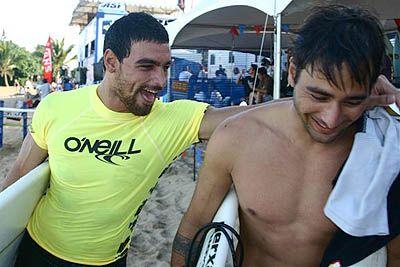 Léo Neves e Eric Rebieri, O?Neill World Cup of Surfing 2005, Sunset Beach, Hawaii. Foto: Bruno Lemos / Lemosimages.com.