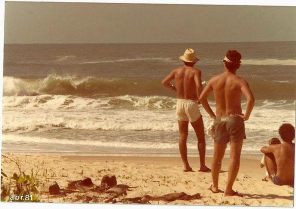 Tucano e Renato Zimermann observam Sapo Point, Trindade (RJ)