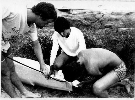 Eu arrumando a rabeta da minha Jhonny Rice sob os olhares de Fernando Mesquita e Madureira, durante o campeonato de 1977, Trindade (RJ)