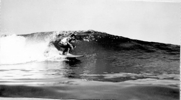 Augusto Alves saindo de um tubo no Cepilho anos 70, Trindade (RJ)