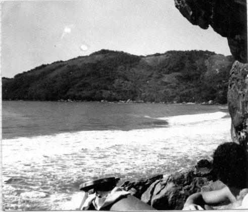 Um visão das ondas do Caxadaço vista das cavernas dos Vickings, num dia histórico em 1976, Trindade (RJ)