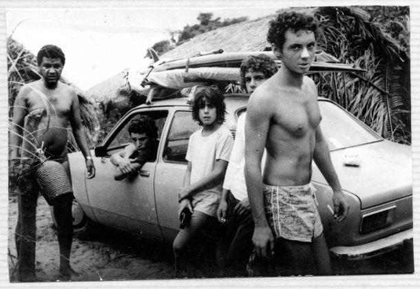 Charlys, Alberto e Augusto Alves e Ilan Goldstein nos ranchos em 1976, partindo para enfrentar a lama, Trindade (RJ)