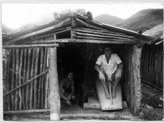 Um rancho de canoa ocupado por Marcondes e Augusto Alves 1975, Trindade (RJ)