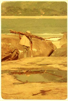 Caiçara levando lenhas no Cepilho 1974, Trindade (RJ)