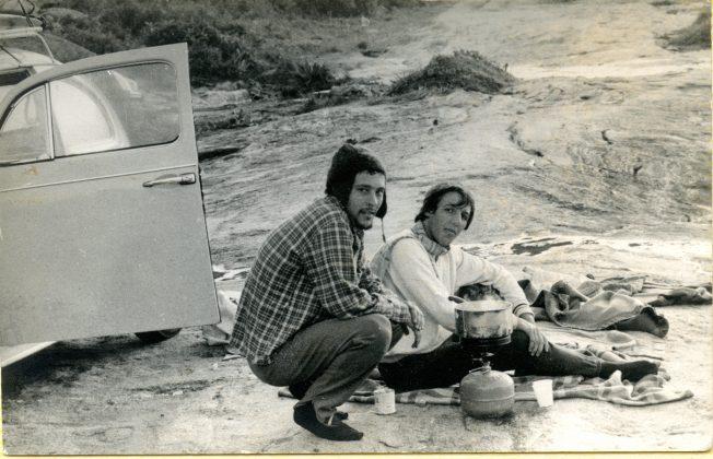 Andy Goldstein e Marcos Paciléu acabando de acordar após dormir ao relento no Cepilho, Trindade (RJ)