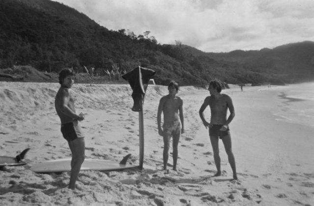 Augusto, Bruno Alves e Paciléu no Sapo point na praia de Trindade em 1977, Trindade (RJ). Foto: Fernando Mesquita.