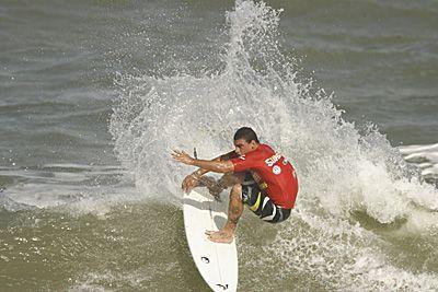Léo Neves, SuperSurf 2006, praia de Itacarezinho, Itacaré (BA). Foto: Aleko Stergiou.