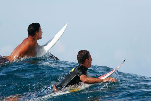 Leo Neves e Álvaro Bacana, Magic Pass, Tahiti. Foto: Aleko Stergiou.