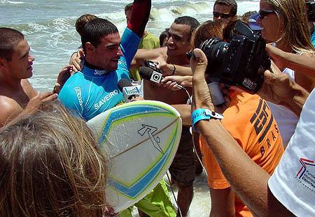 Léo comemora a vitória na Prainha, logo após sair da água. Foto: Ricardo Macario.