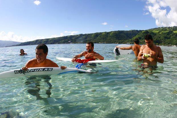 Adriano de Souza, Neco Padaratz e Leo Neves, Vairao, Tahiti. Foto: Aleko Stergiou.