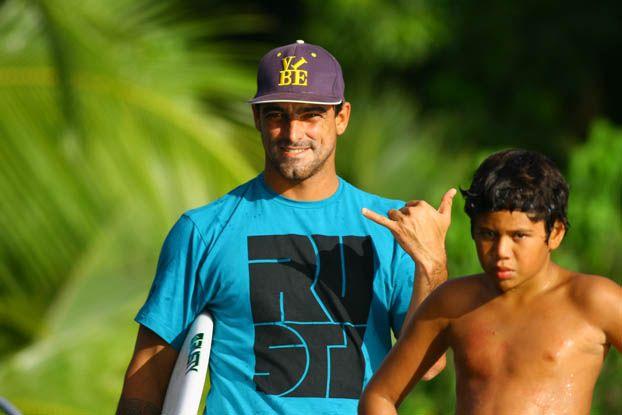 Leo Neves e Tuhatini, Vairao, Tahiti. Foto: Aleko Stergiou.